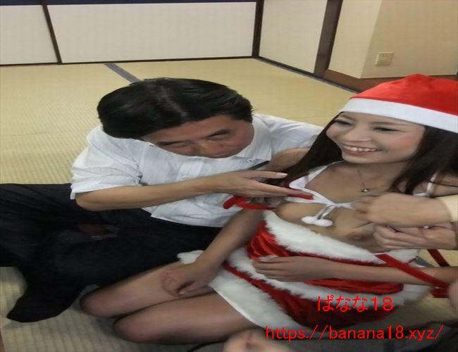 クリスマスコスプレのピンクコンパニオンの巨乳を揉む