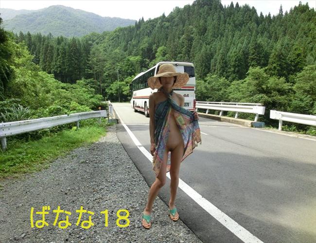 田舎で露出撮影する素人女性