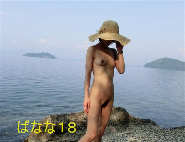 彼氏に命令されて海岸で野外露出する彼女