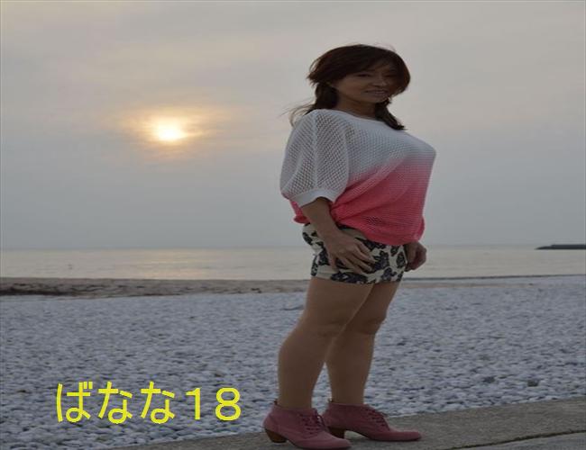 海辺で野外露出するおばさん