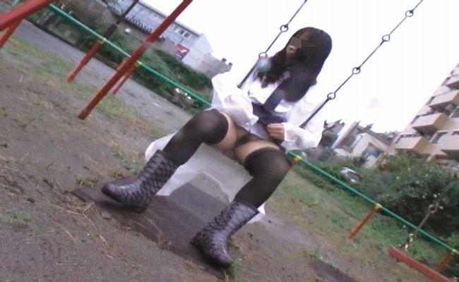 公園で野外露出(マンコとおっぱいモロ見え)してるSM嬢 マ