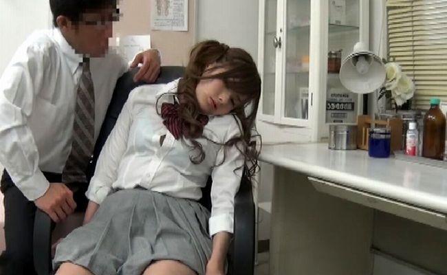 AVで催眠術にかかった可愛い女子高生