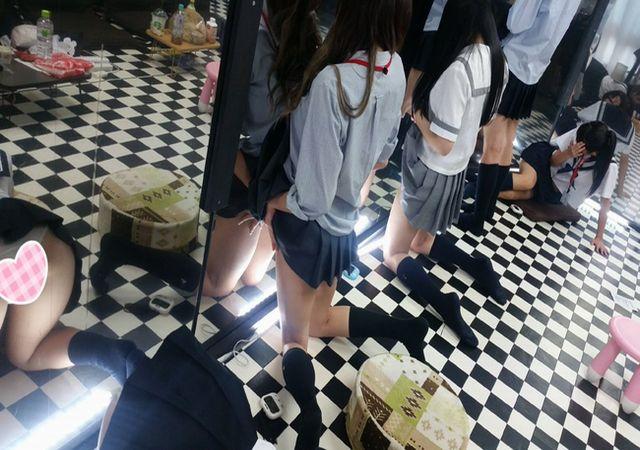 素人の制服女子がマジックミラー越からパンチラ・マンチラが覗ける風俗店
