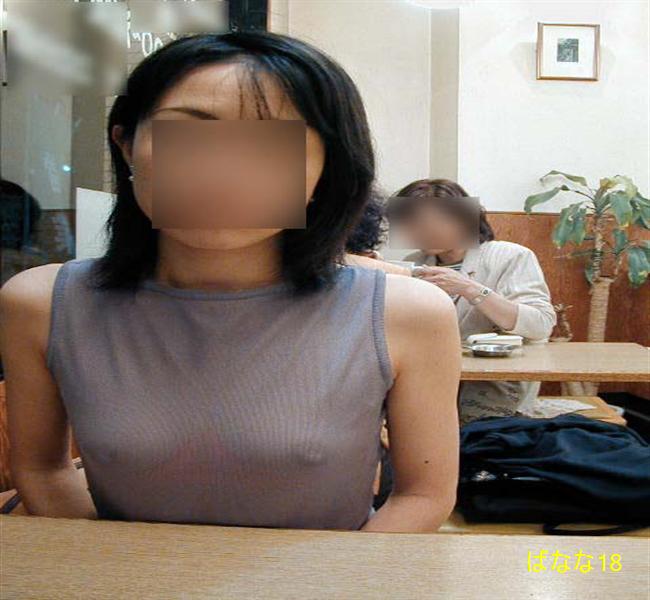 ファミレスでスケ乳首してる変態痴女の人妻